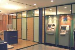 Bankeinrichtung_300_Ahorn_anthrazit_lackiert_Design_Empfangsbereich_Trennwaende_Buero_Schalterbereich_Automatenbereich