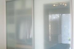Gleitschiebetueren_100_Schlafzimmer_Rahmen_Alu_eloxiert_Fuellung_Glas_Satinato