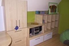 Kinderzimmer_750_Gesamtkonzept_Bett_mit_Kleiderschrank_Multiplex_Ahorn_furniert_lackiert_Heizkoerperverkleidung_angepasst